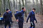 Fotbalisté 1. FC Slovácko zahájili přípravu na jarní část Gambrinus ligy. Na úvod je čekal výběh v Kunovském lese. Na snímku zleva asistent trenéra Jan Palinek, Martin Kuncl a Jan Trousil.