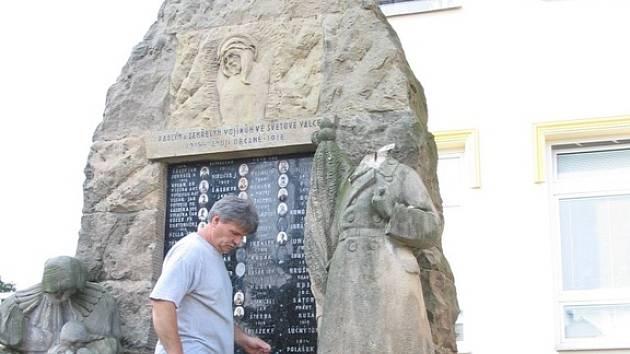Školník Václav Váňa si prohlíží výsledky řádění vandala na pomníku, jenž stojí v těsné blízkosti Základní školy v Ostrožské Nové Vsi.