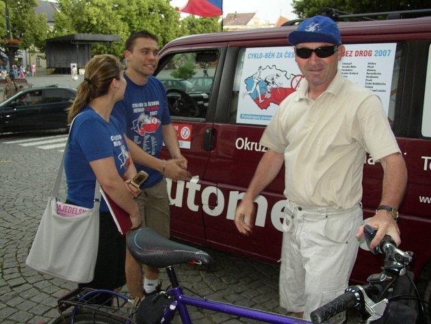 Účastníci cyklo-běhu se po příjezdu vydali do ulic s letáky a osvětovými publikacemi varujícími před nebezpečím drog.