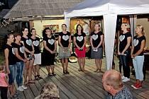 VE SKANZENU. Folk-folkový večer přinesl posluchačům ve slovanském opevněném hradisku pohodovou atmosféru.