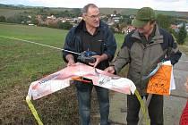 O létající samokřídlo Radka Králíka (vlevo) projevil zájem i vůdce skautů Miroslav Kovářík.