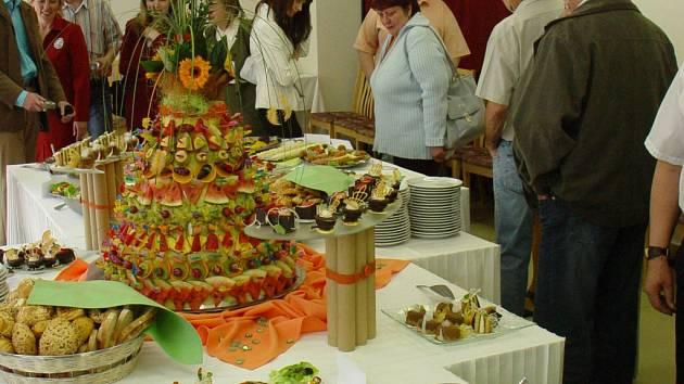 STOLY SE PROHÝBALY. Při gastronomické prezentaci své dosavadní dovednosti předváděli studenti třetích ročníků oborů kuchař, cukrář, číšník a servírka.