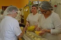 Pečení vdolečků ve vlčnovské pekárně.
