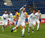 Fotbalisté Slovácka (v bílých dresech) se ve skupině o záchranu utkali s Opavou.
