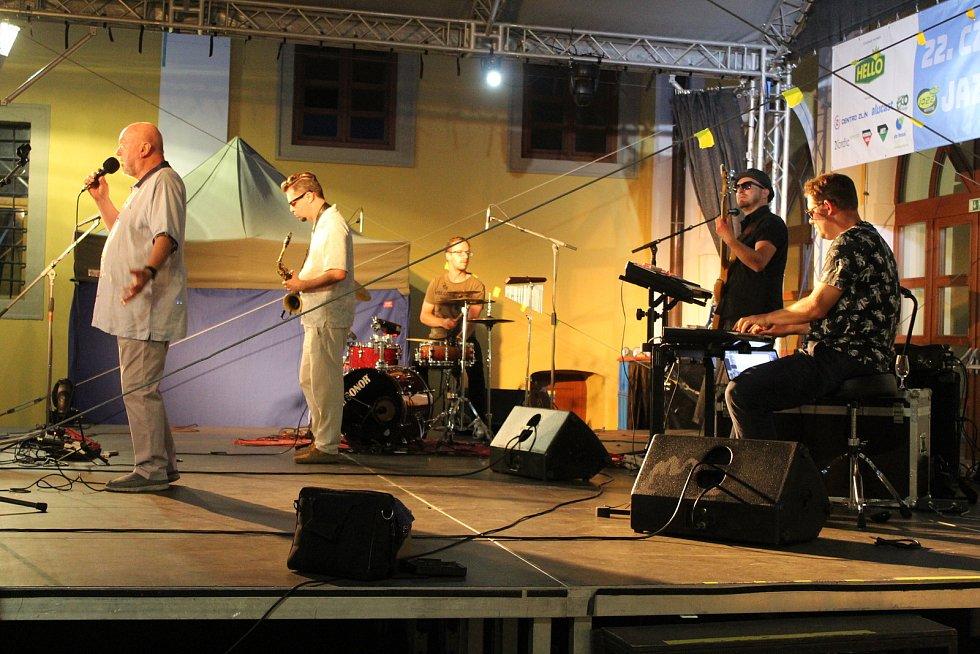 Tradiční hvězdou CZ&SK HELLO JAZZ WEEKENDŮ na Slovácku bývá jazzová legenda Peter Lipa se svojí kapelou. Stejně tomu bylo také v pátek a v sobotu v Uherském Hradišti na Jezuitském nádvoří.