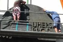 Emblém byl po devíti dlouhých letech tápání instalován na štítové stěně uherskobrodského gymnázia. Výborné, důstojné místo na budově, ve které sídlí škola se jménem velikána, rodáka J. A. Komenského.