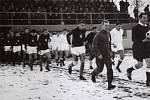 Fotbalisté Uherského Brodu (v bílém) nastupují na Orelském stadionu kpřípravnému zápasu proti reprezentaci Československa.