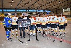 Odvážný kalendář, který hokejisté Uherského Ostrohu představili v listopadu loňského roku na sportovně kulturní akci Den sportu a světel života proti rakovině prostaty, vynesl 17.100 korun.