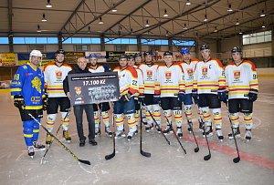 Odvážný kalendář, který nafotili hokejisté Uherského Ostrohu vynesl 17 100 Kč