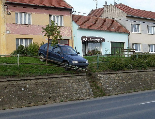 Škoda Felicia visela nad silnicí