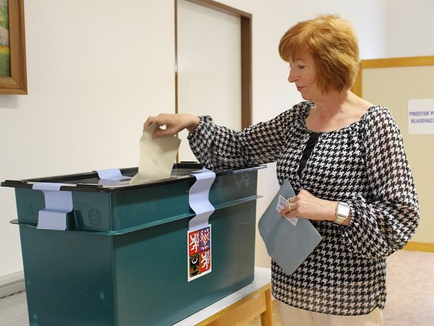 V Hostětíně odvolili v prvních hodinách po otevření volebních místností první voliči.