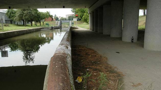 Pod tímto mostem povede další ze staroměstských cyklostezek.