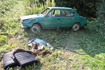 Terénní jízda vozu skončila u stromu a vyražené sklo jeho vozu způsobilo řidiči hlubokou řeznou ránu na paži a tepenné krvácení.