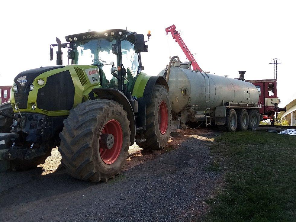 Kolize osobního vlaku s traktorem na železničním přejezdu nedaleko Kunovic - 18. 9. 2020