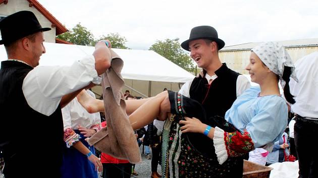 CHVÁLA HROZNŮM. Návštěvníky boršické vinařské akce přilákaly nejen burčák a vína, ale také folkloristé, zpěváci, muzikanti a sličné dívky, které se zhostily šlapání hroznových bobulí.
