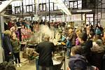 Den otevřených dveří ve sklárnách v Květné opět přivítal tisíce zájemců o výprodej skleněných výrobků či o pohled do zákulisí výroby skleniček.