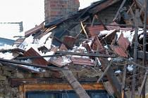 Nápor sněhu nevydržela střecha rodinného domu.