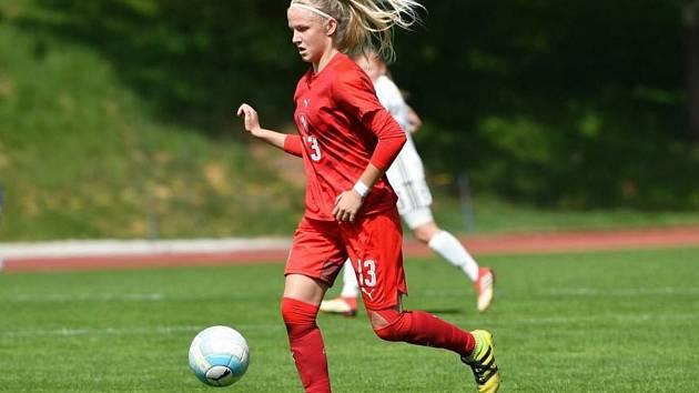 Patnáctiletá stoperka Slovácka Lucie Jelínková patří mezi talentované fotbalistky České republiky.