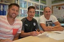 Šestatřicetiletý fotbalista Milan Petržela (na snímku uprostřed) podepsal ve Slovácku smlouvu na dva roky.
