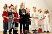 O čertovsko-andělské odpoledne se na Velehradě postaraly děti z mateřinky .