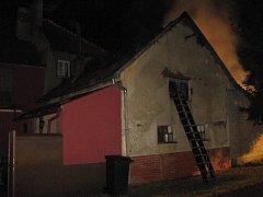 Plameny pohltily přístavek s topivem a sápaly se na rodinný dům.