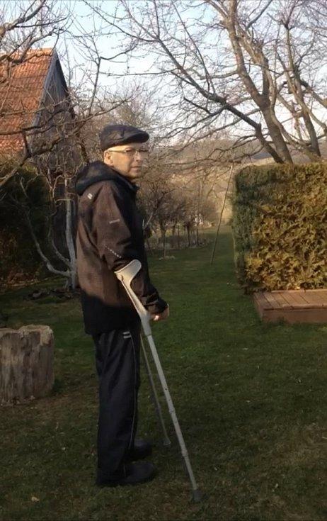 Pavel Savara po návratu z nemocnice na zahradě v Bystřici pod Lopeníkem.