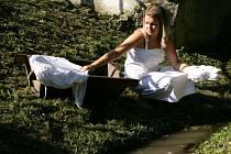 Tuto dívku můžete vidět, jak se v katalogu mikroregionu Ostrožsko obléká do kroje.