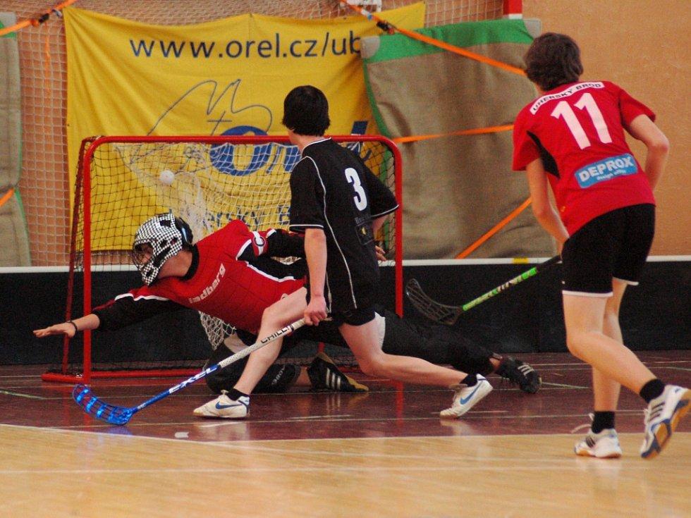 Brankář Nivnice se marně natahuje po střele jednoho z brodských florbalistů. Ve vzájemném utkání byli úspěšnější starší žáci Uherského Brodu, kteří v základní skupině zvítězili 6:1.