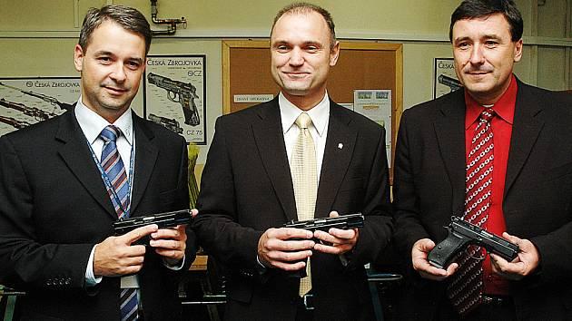 Zbraň montoval i Ivan Langer (uprostřed).