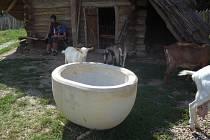 Modranská křtitelnice se má stát celorepublikovým, a možná i evropským unikátem. Prozatím ale nebyla oficiálně uložena na vyhrazené místo v jedné z budov archeoskanzenu, a kolem rozložené nádoby v současné době korzují bez většího zájmu lidé i zvířata.