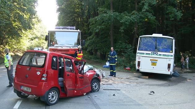 Ke srážce došlo ve chvíli, kdy řidič autobusu odbočoval mimo silnici.