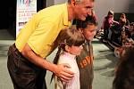 Michal Nesvadba se ještě dlouho po představení nechal s dětmi fotografovat.