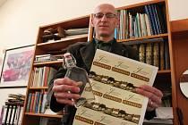 Pálenka z rukou ředitele knihovny má i speciální etiketu.
