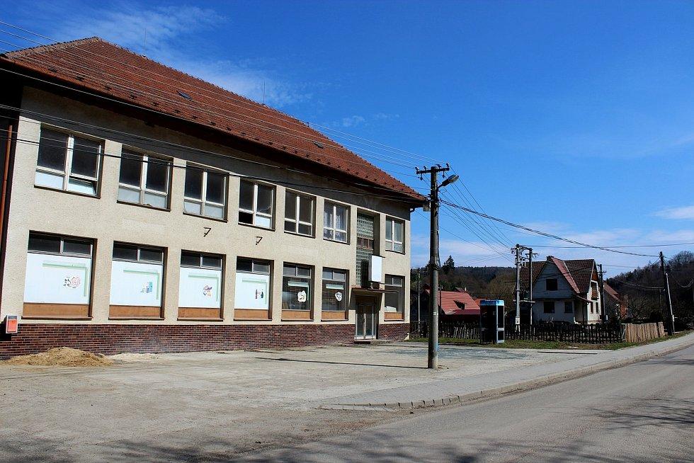 Vstupní brána do Chřibů je vesnička Salaš. Bývala budova Jednoty – byla tam prodejna a hospoda.