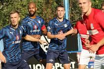 Rigino Cicilia (druhý zleva). Fotbalisté Slovácka (v modrých dresech) na úvod letní přípravy porazli druholigového nováčka z Blanska 3:0.