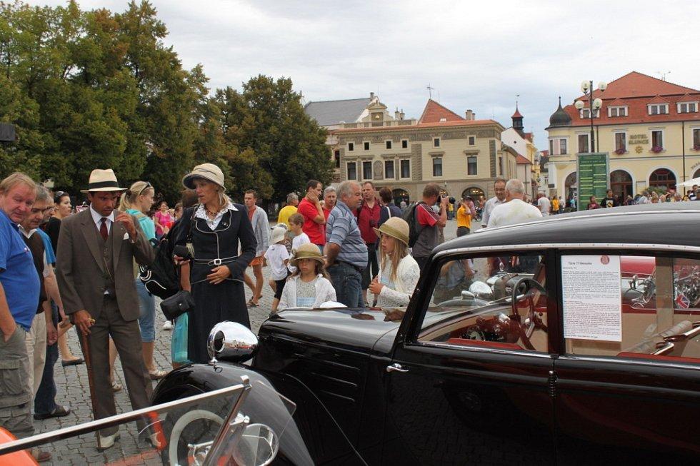 K historickým autům patřil i ten správný oděv.