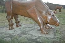 Dřevěné sochy vytvořil slovenský umělecký řezbář Andrej Irša.