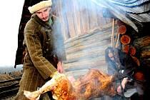 Při zimním slunovratu se Petr Šimek staral o správné upečení ovce.