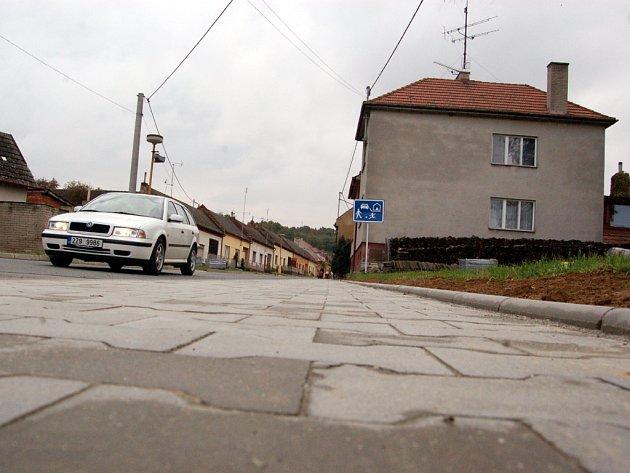 Opravený chodník v centru obce paradoxně způsobil zástupcům Podolí nemalé potíže.