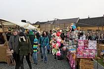 Na zbrusu novém náměstí a pod novým kostelem ve Starém Městě se uskutečnil v neděli osmý vánoční jarmark.