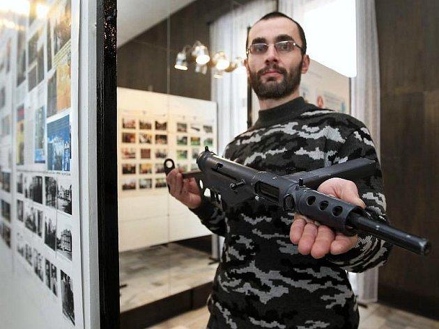 Součástí výstavy je maketa neslavně známého samopalu. Jeho autorem je Jaroslav Malík.