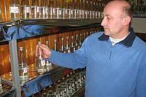 Vítězslav Polášek se měl při nalévání destilátů co obracet.