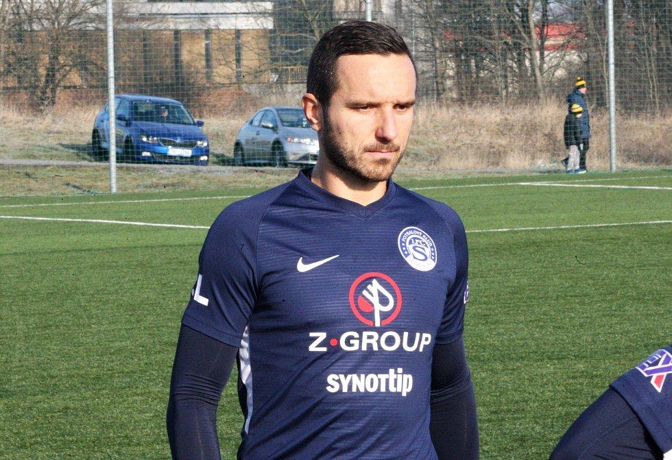 Fotbalisté ligového Slovácka (v modrých dresech) zvítězili na umělé trávě v Kroměříži 4:1. Na snímku Haris Harba.