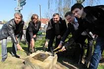 Výstavbu nového náměstí v centru Bojkovic v pátek 18. dubna symbolicky odstartovalo slavností poklepání na základní kámen.