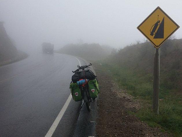 Stoupání silnic v peruánských Andách jsou mimořádně příkrá, varují dopravní značky.