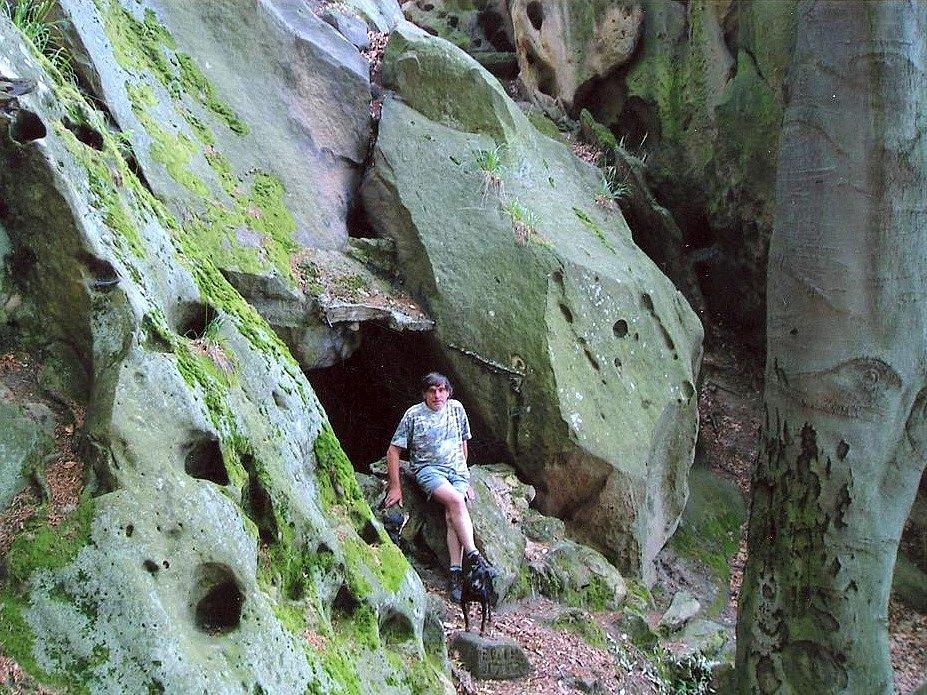 Sluje a díry ve skalách pod Barborkou.