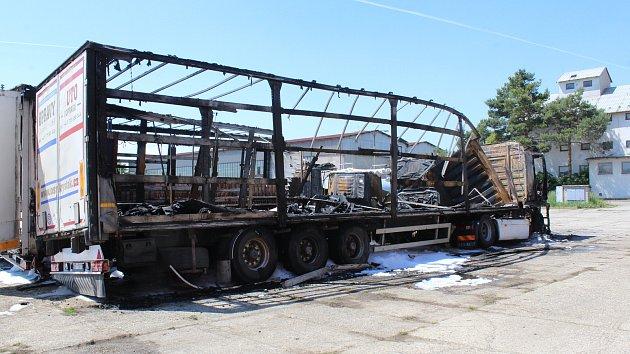 Oheň pohltil čtyři kamiony i s nákladem