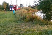 U vylovení těla mrtvého muže z rybníku ve Starém Městě asistovali hasiči.