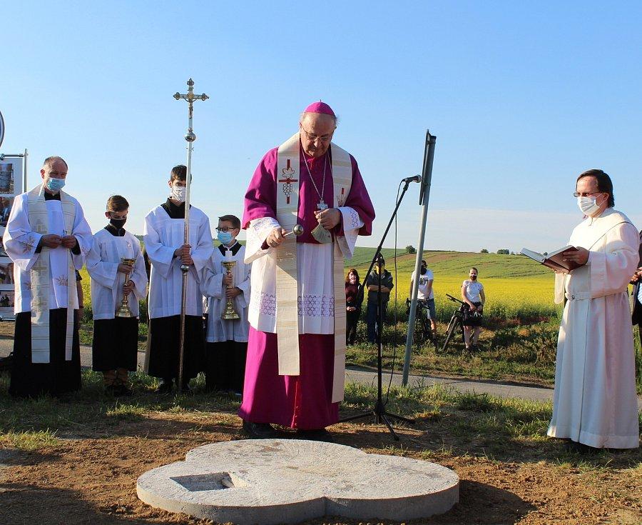 Olomoucký arcibiskup Jan Graubner žehná místu budoucího památníku.