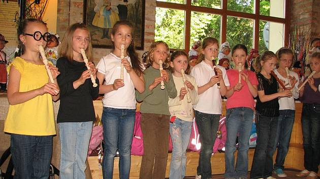 V hodině hudební výchovy hráli druháci na flétny.